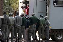 Opoziční předák Tendai Biti (v červeném) byl v pátek obžalován z pokusu o převrat. Režim prezidenta Mugabeho zesiluje před blížícím se druhým kolem volby hlavy státu nátlak na své odpůrce.