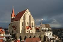 Mikulášské náměstí ve Znojmě, vlevo kostel sv. Mikuláše, vpravo Svatováclavská kaple