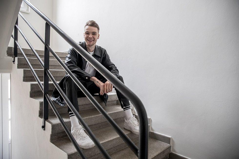 Po maturitě vroce 2015 si vydělával modelingem, pouličním hraním vevropských městech i uklízením kanceláří nebo jako dělník na stavbě.