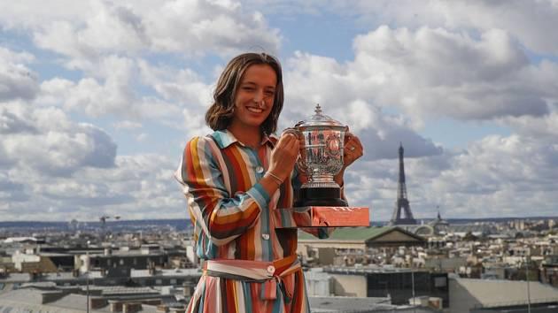 Iga Šwiateková s trofejí pro vítězku Roland Garros