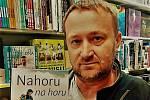 Kniha Jiřího Macka (na fotografii) Nahoru na horu vypráví o Radku Jarošovi.