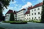 Více než sto obytných místností se nachází vzámku vTřeboni, čtvrtém největším zámeckém komplexu vČeské republice.