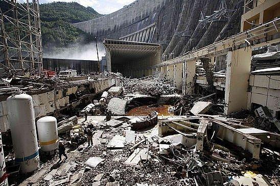 Celkový pohled na poničenou Sajansko-sušenskou elektrárnu