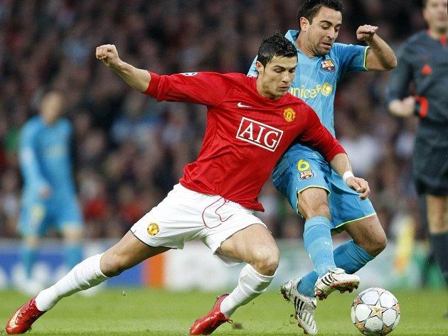 Cristiano Ronaldo (na snímku v souboji s Xavi Hernandezem z Barcelony) je nejlépe placeným fotbalistou Manchesteru.