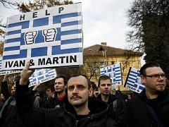 Před řeckou ambasádou v Praze demonstrovalo na podporu dvou Čechů zadržených v zemi kvůli údajné špionáži asi 150 lidí. Organizátoři protestu předali velvyslanectví petici s 21.000 podpisy požadující, aby Martin Pezlar a Ivan Buchta byli propuštěni.