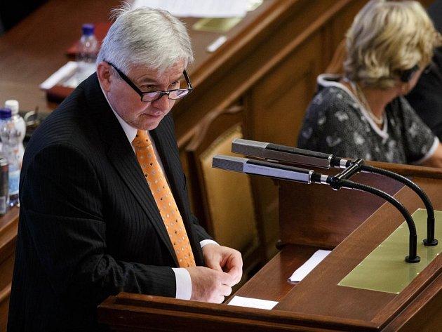 Jiří Rusnok při projevu ve Sněmovně.