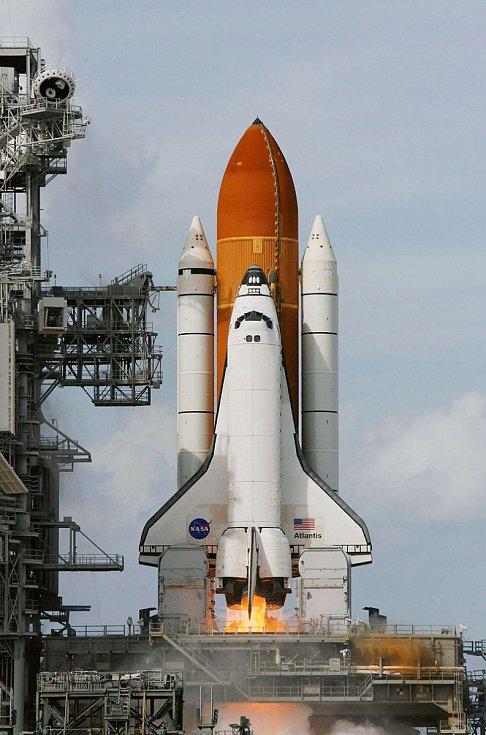 Raketoplán Atlantis těsně před startem do kosmu.