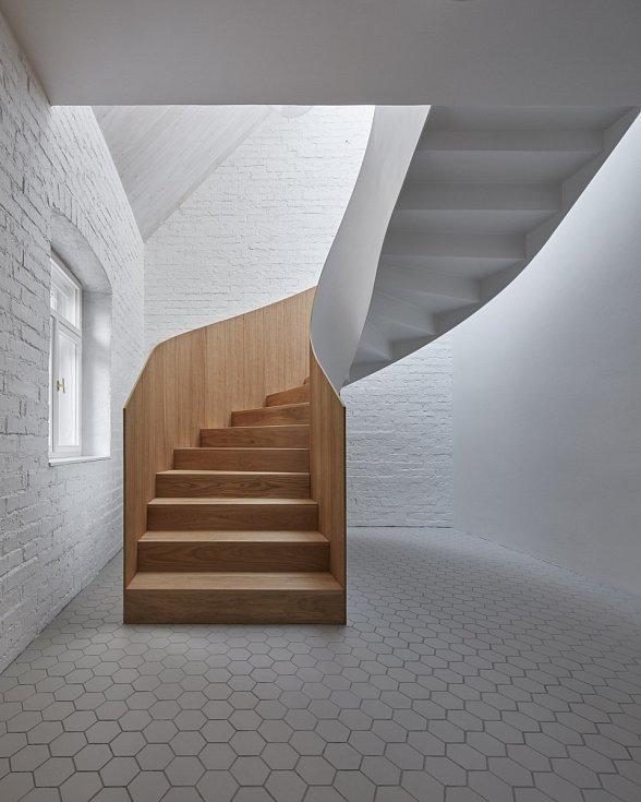 Každého, kdo vstoupí, musí nadchnout centrální schodiště, které jako by vystoupilo z barokních staveb.