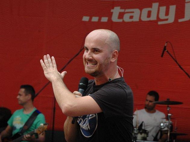Zpěvák No Name Igor Timko na festivalu Labské léto dostal k 35. narozeninám  -  narodil se 5. září 1978 v Košicích - láhev dobré whisky...