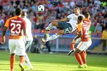 Zlatan Ibrahimovič střílí gól v přípravě proti Galatasarayi.