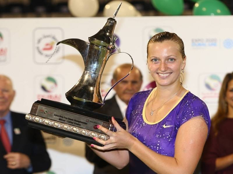Petra Kvitová s trofejí pro vítězku turnaje v Dubaji.
