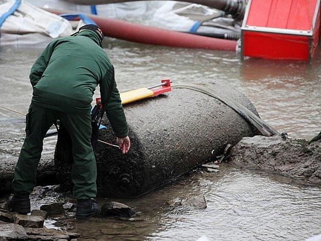Likvidace bomby z druhé světové války, která se objevila v korytě vysychajícího Rýna.