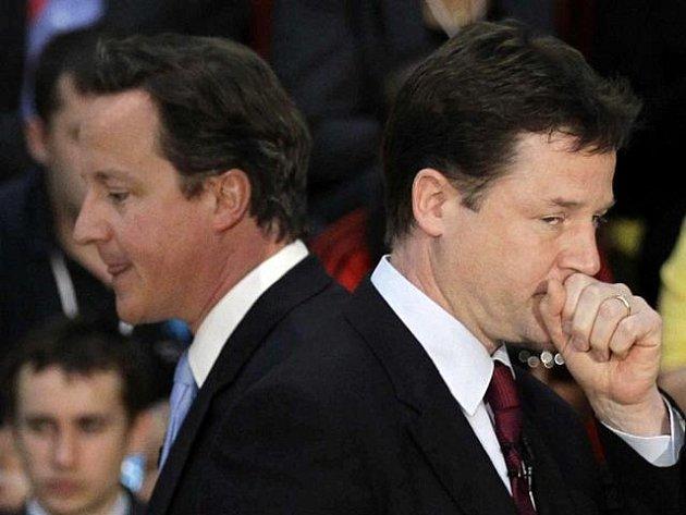 Předseda britské liberálně demokratické strany a vicepremiér Nick Clegg (vpravo) a britský premiér David Cameron (vlevo).