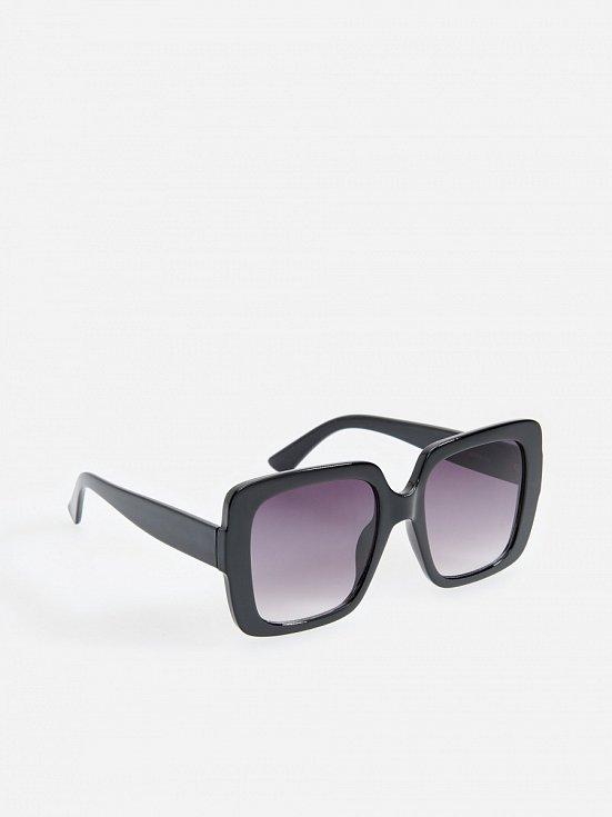 Sluneční brýle s výraznou obrubou skryjí únavu v očích, ochrání je před sluncem a podtrhnou celý look. Reserved.