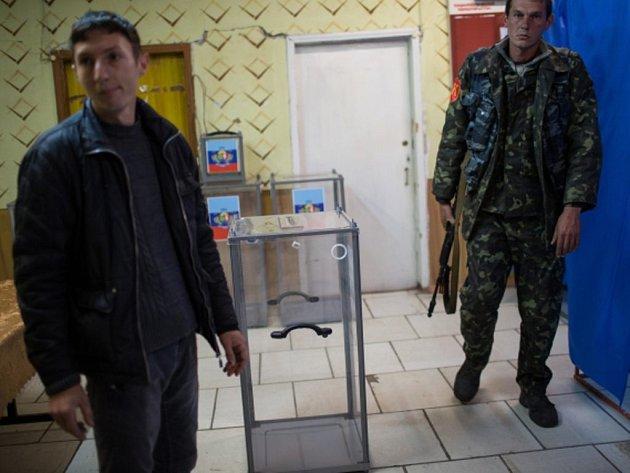 Proruští povstalci z východu Ukrajiny dnes pořádají volby šéfů samozvaných lidových republik a jejich parlamentů.