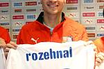 Obránce české fotbalové reprezentace David Rozehnal pózuje na tiskové konferenci u nového dresu, ve kterém budou hráči nastupovat v zápasech na hřištích soupeřů.