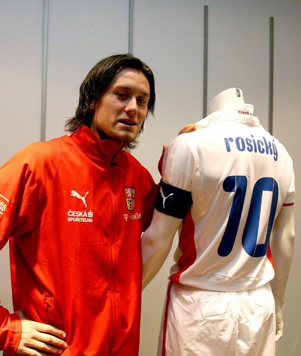 Kapitán české fotbalové reprezentace Tomáš Rosický pózuje na tiskové konferenci u nového dresu, ve kterém budou hráči nastupovat v zápasech na hřištích soupeřů.