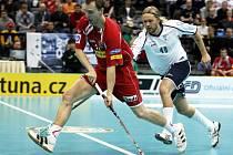 Tomáš Chrápek (v červeném) obchází Fin Vänttinena.