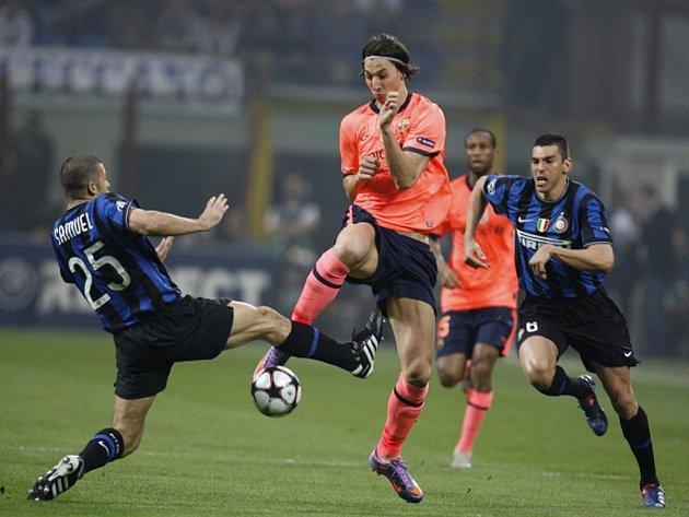 Zlatan Ibrahimovic (uprostřed) v semifinále Ligy mistrů proti Interu Milán.