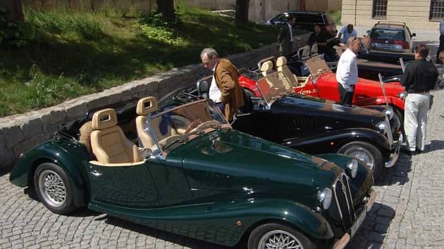 Majitelé nablýskaných sportovních retro automobilů vyrazili do Plzně předvést ladné křivky a nablýskaný lak svých miláčků. Nezůstali pouze za vraty parkoviště u Kalikovského mlýna, ale vyrazili se pochlubit i do ulic města.