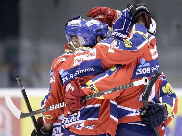 Hokejisté Pardubic se radují z gólu proti Chomutovu.