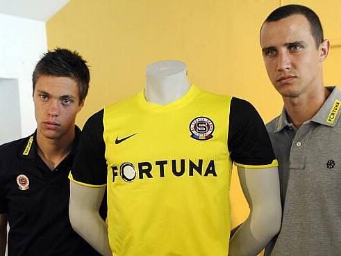 Václav Kadlec (vlevo) s Jiřím Kladrubským pózují u své nové 'uniformy'.