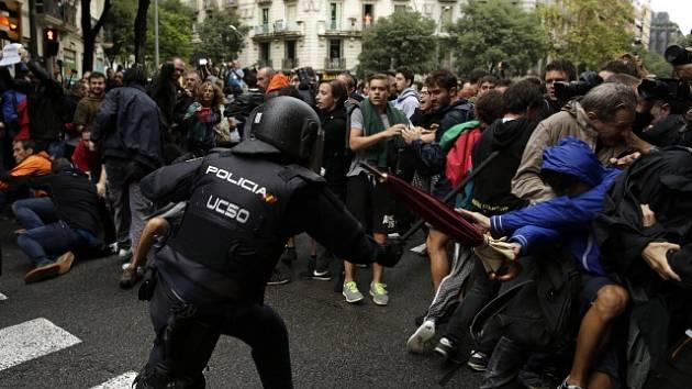 Konflikt mezi pořádkovými silami a katalánskými separatisty během protiústavního referenda o odtržení regionu.