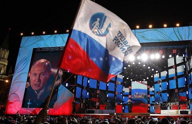 Vladimir Putin oslavuje s příznivci své znovuzvolení ruským prezidentem