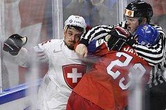 Česko - Švýcarsko, rvačka mezi Noahem Riatem a Dmitrijem Jaškinem.