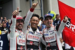 Fernando Alonso (vlevo), Kazuki Nakadžima (uprostřed) a Sebastien Buemi vyhráli slavný závod v Le Mans.