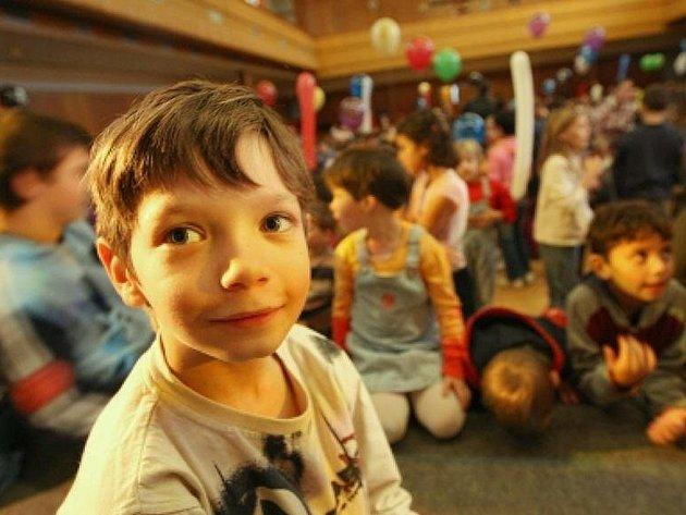 Děti umístěné v pěstounské péči vyjdou státní kasu mnohem levněji než při jejich pobytu v dětských domovech.