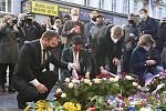 Šéfové opozičních stran (zleva) Marian Jurečka (KDU-ČSL), Markéta Pekarová Adamová (TOP 09) a Petr Fiala (ODS) 17. listopadu 2020 na Národní třídě v Praze pokládají květiny k pamětní desce při příležitosti Dne boje za svobodu a demokracii