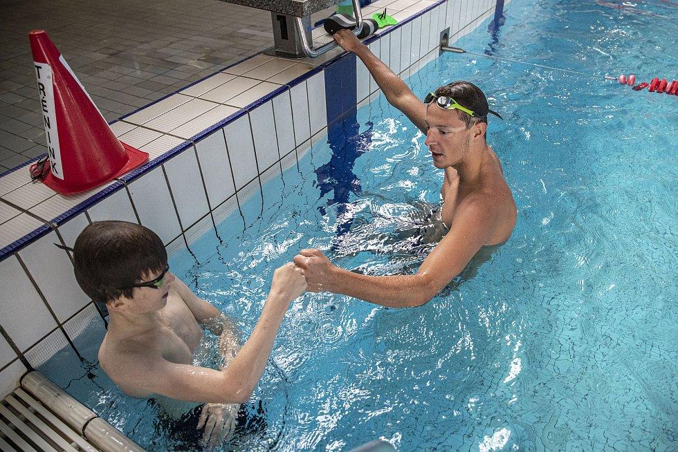 Trénink s plavcem Janem Mickou v pražském Podolí