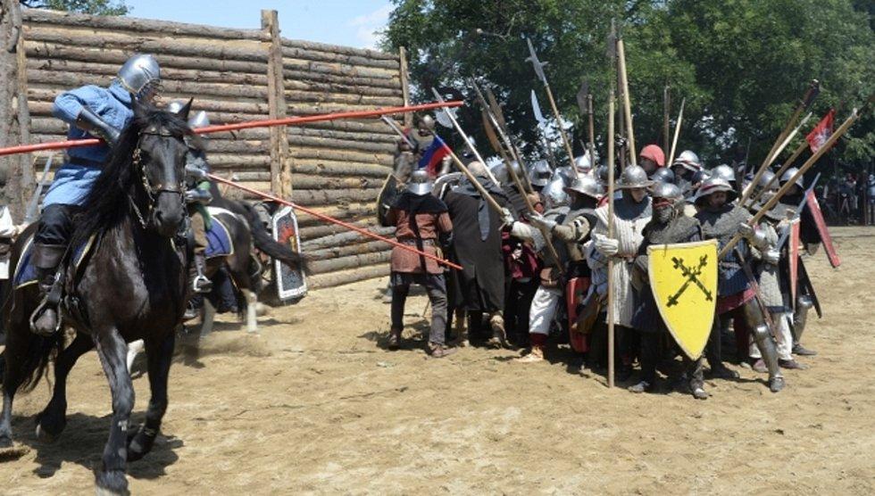Stovky lidí dnes přilákala na pražský vrch Vítkov slavnost Husité na Vítkově, při níž mohli vidět rekonstrukci slavné bitvy českých dějin.