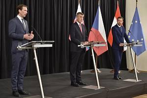 Premiér Andrej Babiš (uprostřed), slovenský premiér Eduard Heger (vpravo) a rakouský kancléř Sebastian Kurz