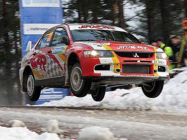 Martin Prokop letí se svým Mitsubishi Evo IX přes horizont na jedné z rychlostních zkoušek Švédské rallye.