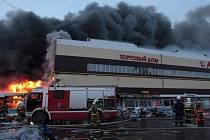 Středeční rozsáhlý požár nákupního centra v Kazani, správním středisku ruské Tatarské autonomní republiky, si vyžádal nejméně pět mrtvých, dalších 55 lidí bylo zraněno.