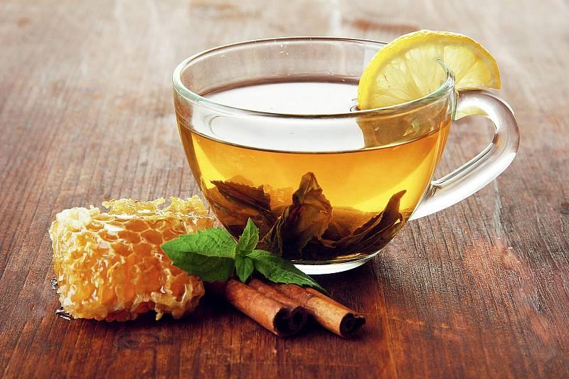 Léčbu nachlazení si bez čaje s medem mnozí z nás snad ani nedokážou představit.