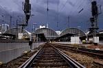 Bouřkové mraky nad železničním nádražím ve Frankfurtu