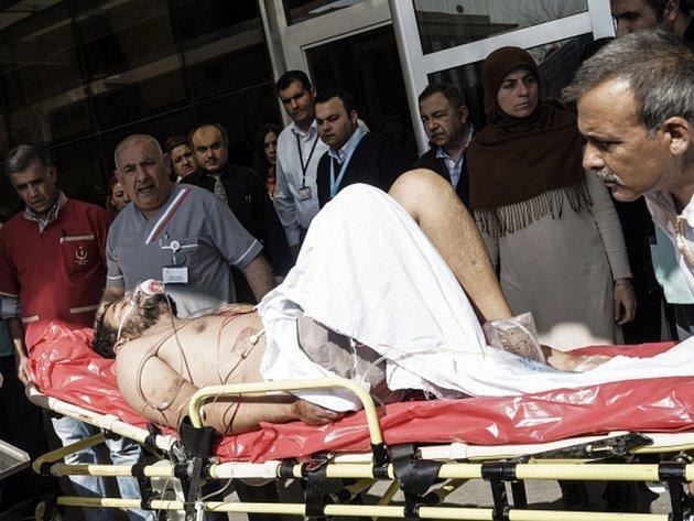 Při oddělených útocích v syrských provinciích Halab a Idlib, které zasáhly tři nemocnice a školu, dnes zahynulo nejméně 23 osob, desítky lidí utrpěly zranění.