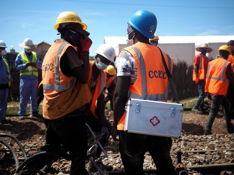 Osvěta v oblasti ochrany před koronavirem mezi dělníky na tanzanské centrální železniční trati