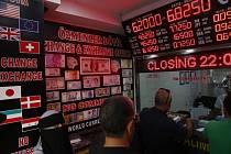 Směnárny v Istanbulu. Lidé mění liru za pevnější měnu.
