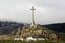 Kříž v Údolí padlých je viditelný desítky kilometrů
