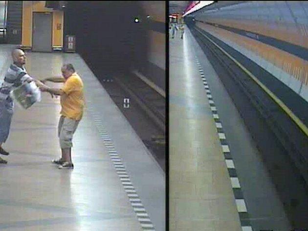 Provokatér náhle shodil cestujícího do kolejiště metra.