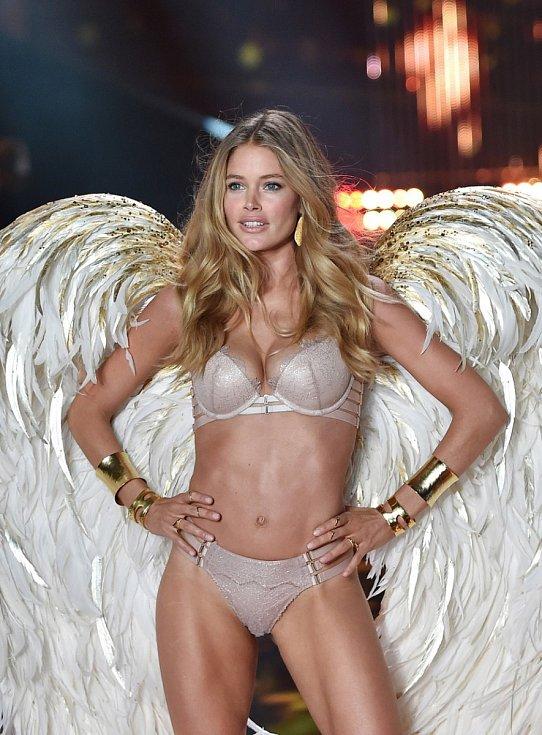 Doutzen Kroes na přehlídce Victoria's Secret v roce 2014