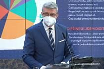 Ministr průmyslu a obchodu Karel Havlíček (za ANO) na tiskové konferenci po jednání vlády 17. května 2021.