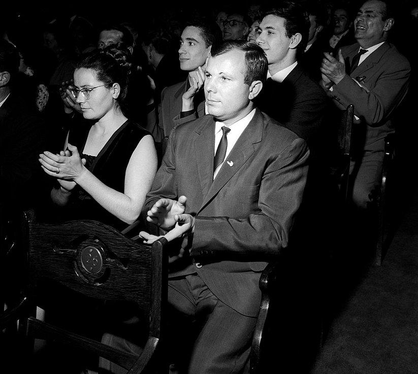 Gagarin s manželkou Valentinou na koncertě v Moskvě v roce 1964