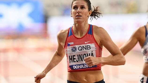 Zuzana Hejnová v semifinálovém běhu na 400 metrů překážek na MS v Dauhá