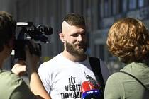 Český bojovník MMA Jiří Procházka hovoří s novináři 1. července 2020 na Letišti Václava Havla v Praze před odletem na svůj premiérový start v elitní organizaci UFC v Abú Zabí.