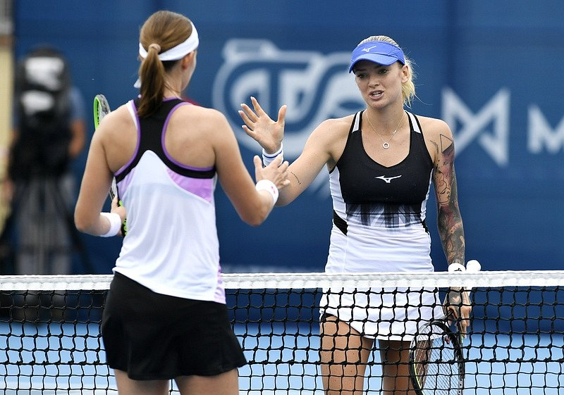 Tereza Martincová z ČR (vpravo) po vítězství nad Greet Minnenovou z Belgie.